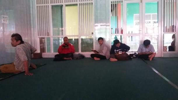 Kegiatan menghafal Alquran di Masjid Daarul Hikmah, di Jalan Sutan Jamil, Nomor 29. Gedung Meneng, Rajabasa, Bandar Lampung | Tama/jejamo.com