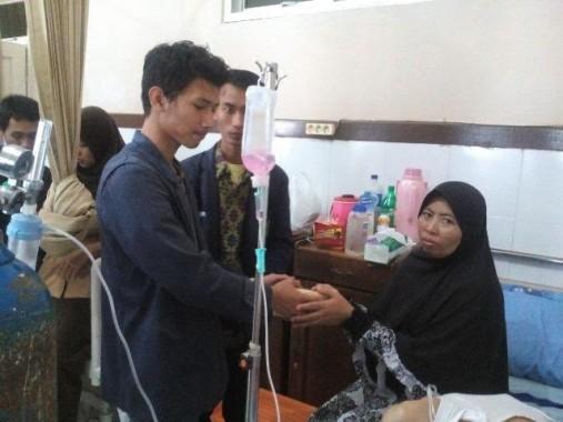 Keluarga Imam Jaenuri penderita kanker tulang mendapat bantuan sejumlah pihak. | Jejamo.com