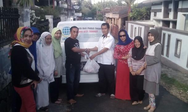 LAZDAI dan Alumni SMPN 2 Tanjungkarang 1983 Bagikan 160 Paket Duafa