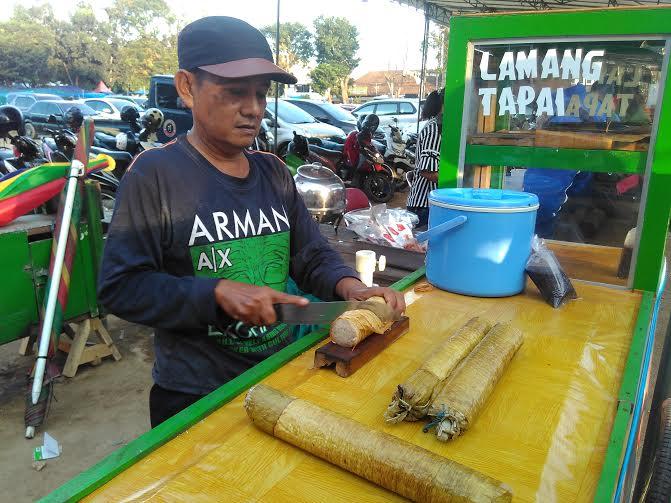 Udin (40), salah satu penjual lemang di Lapangan Saburai, Bandar Lampung | Andi/jejamo.com