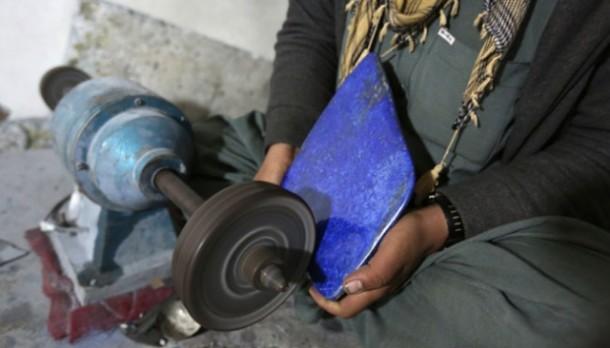 Mengukir batu lapiz lazuli