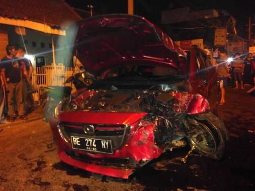 Sebuah sedan Mazda merah dengan nomor polisi BE-274-NY yang melaju dari arah Rajabasa menuju Tanjungkarang menabrak sebuah sepeda motor Honda Beat Pop BE-4894-AB di Jalan Teuku Umar, seberang Masjid Babussalam (samping Korem Garuda Hitam) Bandar Lampung, Kamis tengah malam, 16/6/2016. | Andi Apriyadi/Jejamo.com