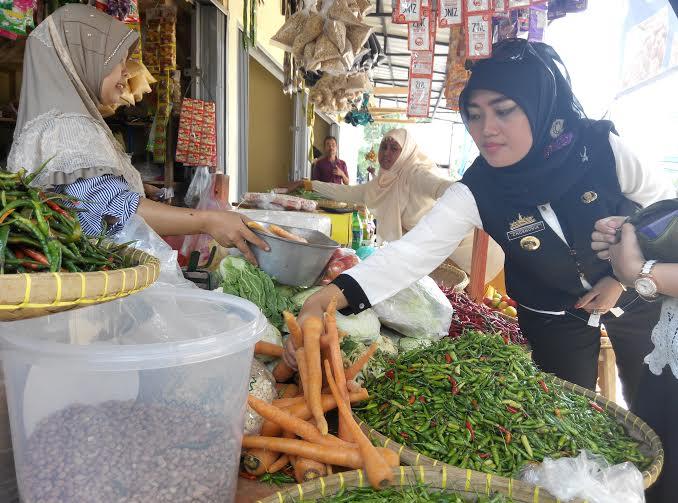 Bupati Lampung Timur Chusnunia Chalim membeli sayuran di Pasar Purbolinggo |Parman/jejamo.com