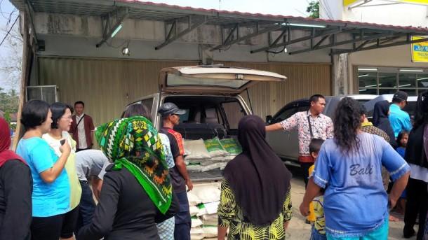 Bagian Ekonomi Pemkab Lampung Utara, Badan Urusan Logistik (Bulog) dan PTPN 7 Bunga Mayang, menggelar operasi pasar di Pasar Pagi Kotabumi, Kamis, 30/6/2016  | Lia/jejamo.com