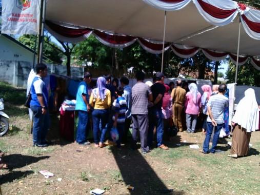 Pasar murah di Kelurahan Tanjungaman, Kotabumi, Lampung Utara, diserbu warga, Selasa, 21/6/2016. | Rengki/Jejamo.com