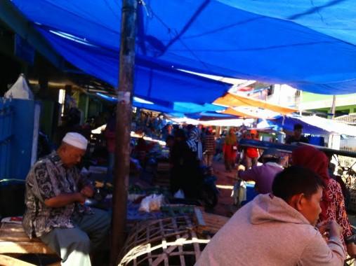 Jelang Lebaran, Pedagang Kue dan Baju Penuhi Jalan Pasar Pagi Kotabumi