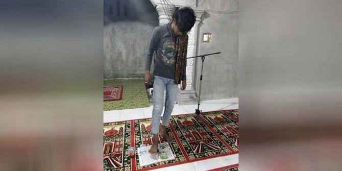 Kapry Nanda (20) seorang pemuda kedapatan menginjak Alquran dalam sebuah foto yang diunggah di facebook | ist