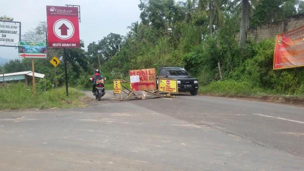 Kendaraan dialihkan ke Jalan St Badaruddin II karena jalan Raden Imba Kesuma yang menuju Tugu Duren sedang dilebarkan. Foto diambil pada Kamis, 16/6/2016. | Arif Wiryatama/Jejamo.com