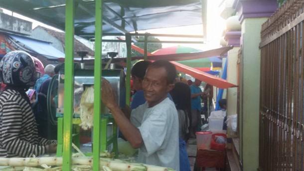 Penjual es tebu depan Masjid Muslimun, Pasar Way Jepara, Lampung Timur. | Nur Fauzan