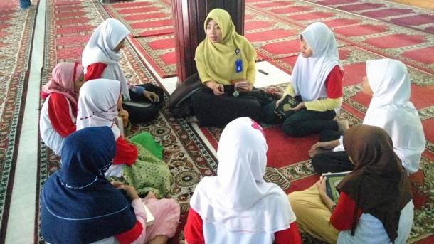 Wakil Lampung Aksi Indosiar Mubaligah Cantik Dina Nur Atika Dikepung 5 Kontestan Pria