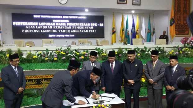 Penandatanganan berita acara penyerahan laporan BPK atas pemeriksaan laporan keuangan Pemprov Lampung | Sugiono/jejamo.com