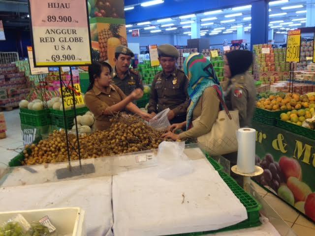 Anggota Satpol PP Lampung Utara saat merazia PNS yang tengah keluyuran di pusat perbelanjaan saat jam kerja | Lia/jejamo.com