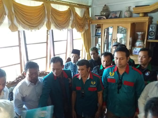 Rhoma Irama menyerahkan surat keputusan (SK) kepengurusan DPW Partai Idaman Lampung  | Sugiono/jejamo.com