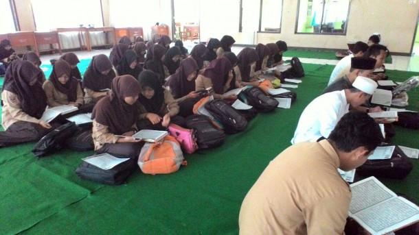 Rohani Islam (Rohis) SMKN 3 Bandar Lampung mengadakan kegiatan amaliah Ramadan di aula setempat, Sabtu kemarin, 11/6/2016. | Desliyani/Jejamo.com