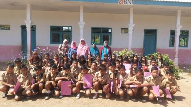 Hepliana Spd (tengah  pakai kacamata)  bersama dewan guru dan para siswa lulus tahun 2016 | Mukaddam/jejamo.com