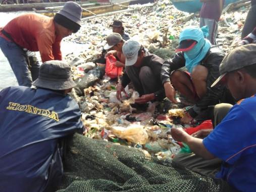 Sejumlah nelayan Sukaraja membersihkan payang mereka dari sampah, Minggu, 12/6/2016. | Andi Apriyadi/Jejamo.com