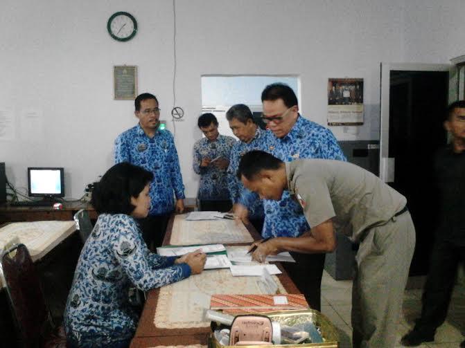 Sekda Lampung Utara melakukan sidak ke beberapa kantor di lingkungan Pemkab Lampung Utara | Lia/jejamo.com