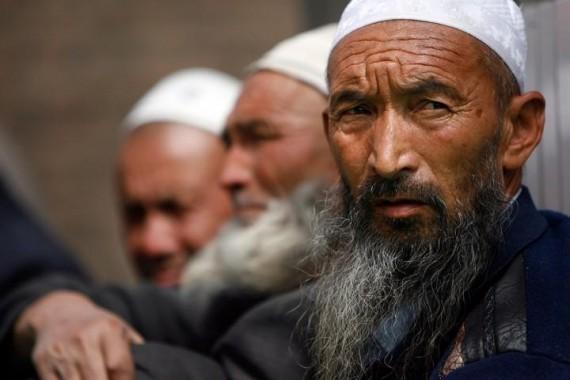 Sejumlah pria muslim Uigur di Cina