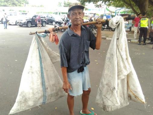 Slamet Pemulung di Bandar Lampung, Dapat Rp10 Ribu Buat Buka Bersama Keluarga