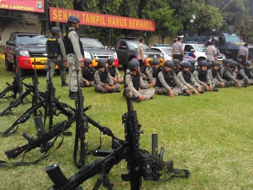 Para penembak jitu atau sniper Polda Lampung sedang berlatih di Lapangan Brimob, Senin, 20/6/2016. Mereka akan ditempatkan di 60 titik rawan saat arus mudik tahun ini. | Andi Apriyadi/Jejamo.com