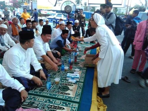 Sejumlah suster membantu pelaksanaan Lampung Mengaji dengan memberikan makanan berbuka setiap hari selama puasa di Tugu Adipura. Acara ini diinisiasi Polda Lampung bersama segenap ormas Islam di provinsi ini. | Andi Apriyadi/Jejamo.com
