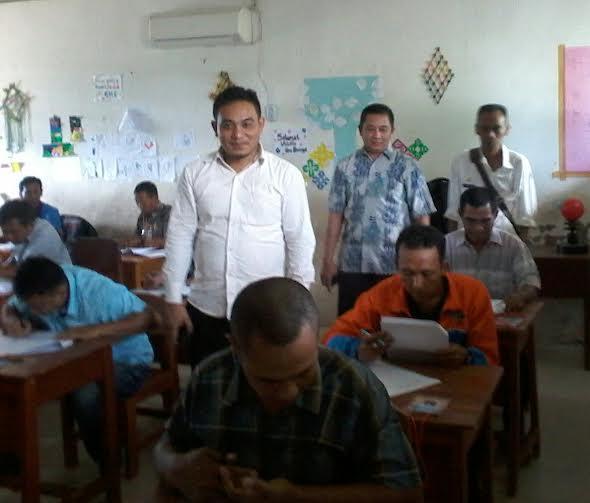 Ketua KPU Tubaba Ismanto Ahmad (berdiri paling depan), Ketua Panwaslu Tubaba Midiyan ( tengah), Sekretaris Kpu Markurius ( belakang)  sedang mengawasi pelaksanaan test | Mukaddam/jejamo.com