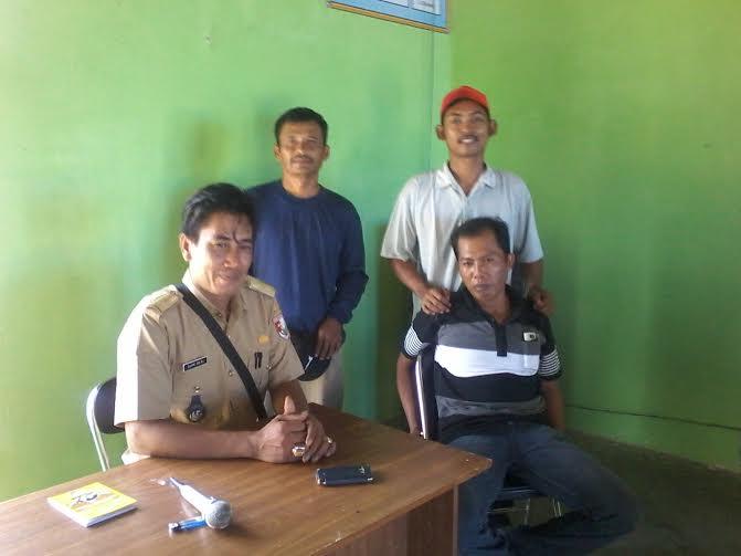 Kepala Tiyuh Bujung Dewa Sapri Raden B (kiri) bersama perangkat tiyuh | Mukaddam/jejamo.com
