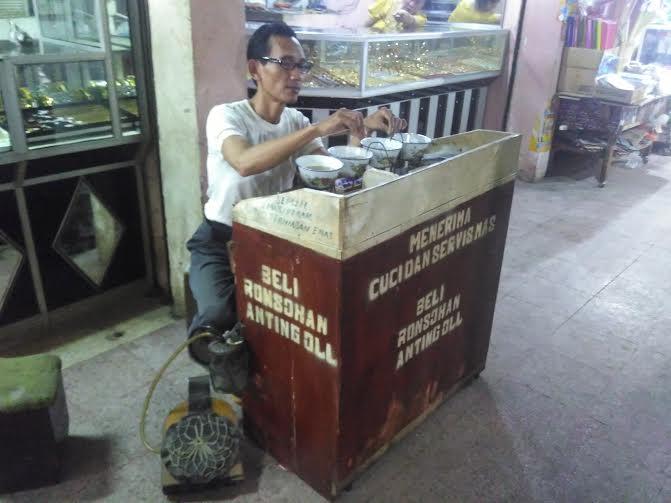 Dadang Hidayat (47), tukang sepuh emas di Pasar Tugu Bandar Lampung | Andi/jejamo.com