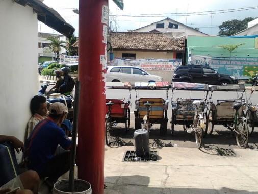 Para tukang becak yang kerap mangkal di Jalan  Jenderal Sudirman, tepatnya  di depan Bundaran Poskota | Lia/jejamo.com