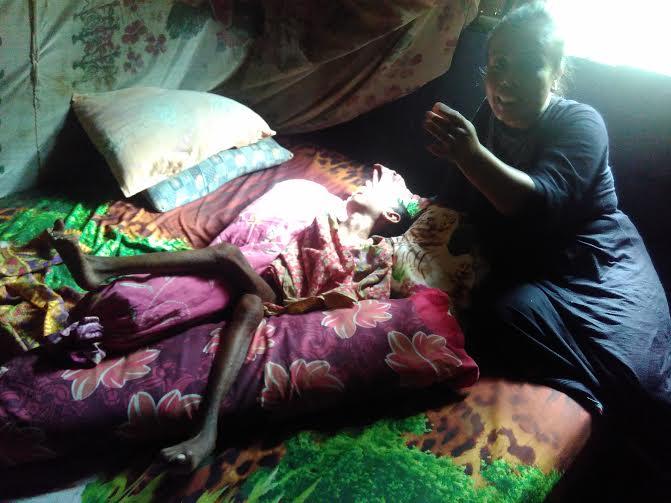 Tati sedang merawat Zubaidah| Andi Apriyadi/Jejamo.com