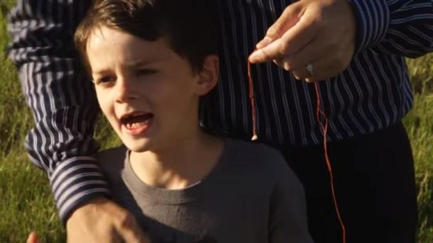 Unik! Seorang Ayah Cabut Gigi Susu Anaknya dengan Helikopter