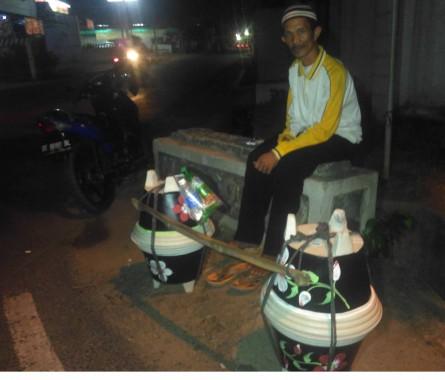 Fujiyono Pedagang Pot Asal Pesawaran, Belum Mikir Lebaran, Yang Penting Anak-Istri Bisa Makan (1)