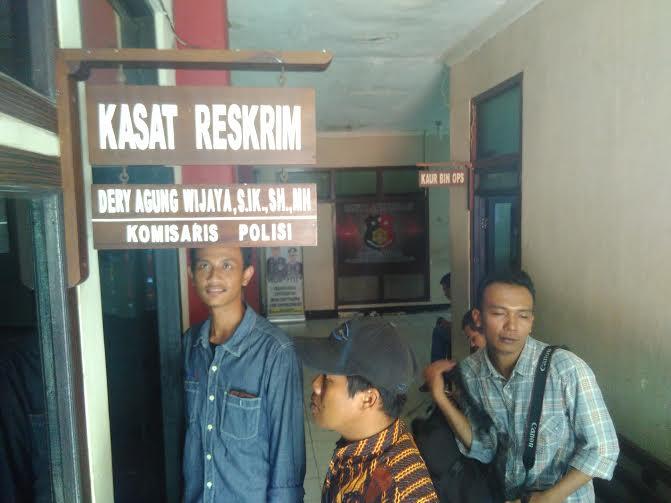 Sejumlah wartawan sedang menunggu hasil pemeriksaan di Polresta Bandar  Lampung, Kamis, 21/7/2016 | Andi/jejamo.com