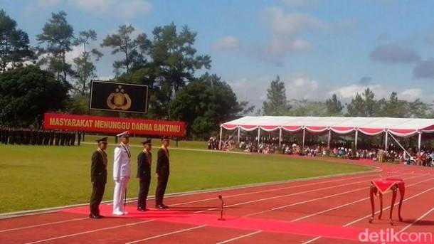 Pemberian Anugerah Adhimakayasa kepada praja terbaik Akmil dan Akpol oleh Presiden Joko Widodo hari ini di Akmil Magelang. | Detik.com