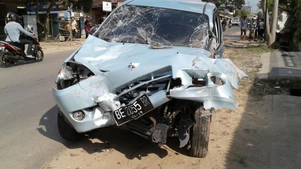 Sebuah Avanza menghantam Honda Beat dalam kecelakaan di Tanjungseneng siang ini. Dua pengendara sepeda motor tewas. | Andi Apriyadi/Jejamo.com