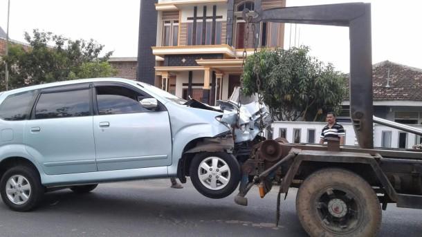 Avanza inilah yang menabrak dua pengendara motor Honda Beat hingga tewas hari ini di Jalan Pulau Damar, Way Dadi, Sukarame, Bandar Lampung. | Andi Apriyadi/Jejamo.com