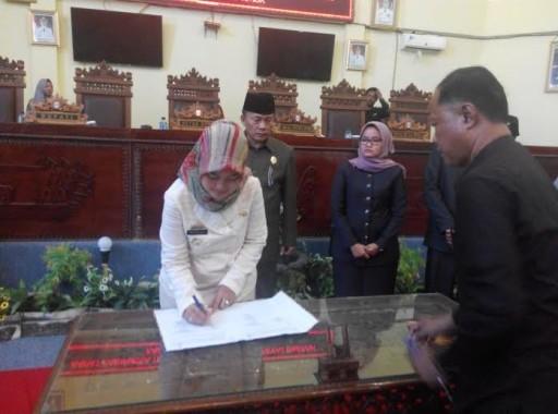 BUpati Lampung Timur tanda tangan