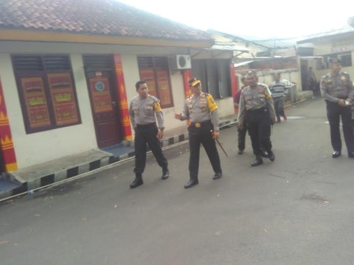 Kapolda Lampung Brigjen Ike Edwin (dua dari kiri) didampingi Kapolresta Bandar Lampung Kombes Hari Nugroho (kiri) mengecek ruang tahanan Polresta setempat usai dua tahanan kabur dari tempat itu, Minggu, 10/7/2016. | Andi Apriyadi/Jejamo.com