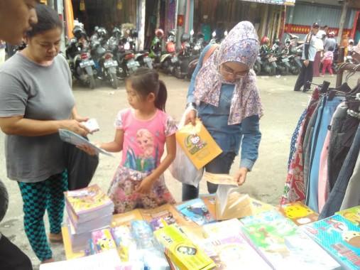 Tahun Ajaran Baru, Buku Tulis Bergambar Kartun Diburu Pembeli di Bambu Kuning