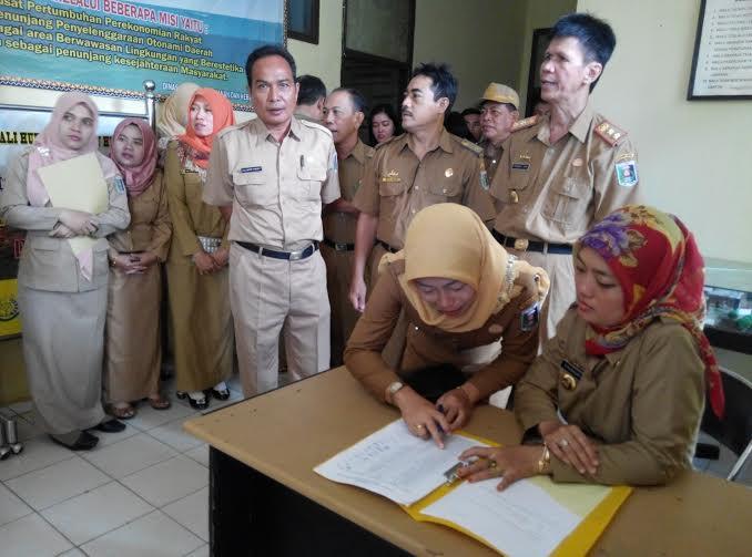 Bupati Lampung Timur Chusnunia Chalim melakukan inspeksi mendadak ke beberapa dinas guna melihat tingkat kehadiran pegawai negeri sipil (PNS) pada hari pertama usai liburan lebaran tahun 2016, Senin, 11/7/2016 | Suparman/jejamo.com