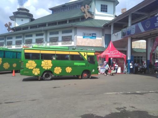 Suasana Terminal Rajabasa hari ini. Meski masuk arus balik, beberapa warga Lampung malah mudik ke Jawa lantaran tak kebagian tiket bus saat arus mudik lalu. Foto dibidik pada Sabtu, 8/7/2016. | Andi Apriyadi/Jejamo.com