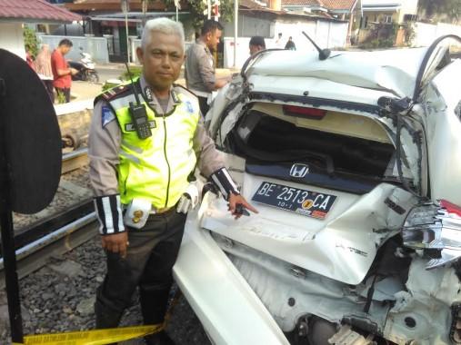 Honda Jazz BE-2513-CA Dihantam Babaranjang di Rel Perintis Kemerdekaan Bandar Lampung