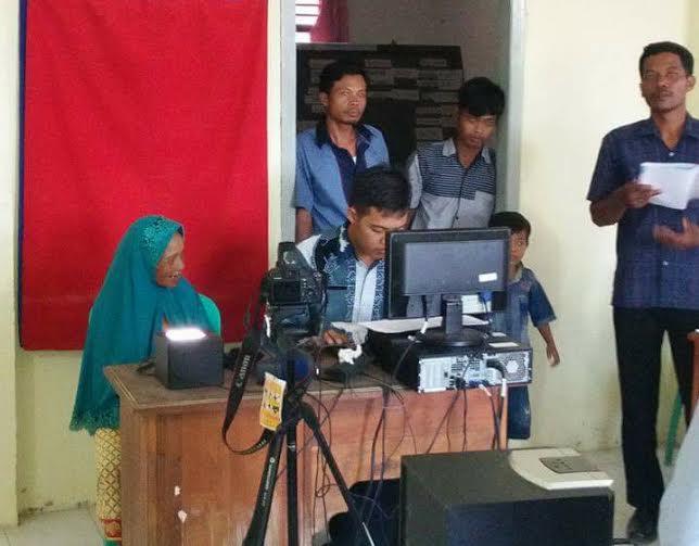 Perekaman e-KTP di balai Desa Kali Pasir Kecamatan Way Bungur | Suparman/jejamo.com