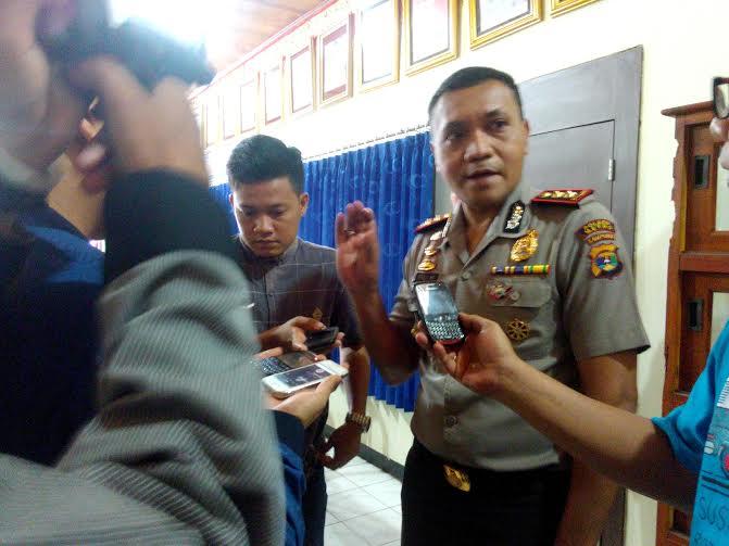 Kapolres Kota Metro AKBP Rali Muskitta, SIK saat di wawancarai media massa | Tyas/jejamo.com