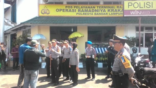 Kapolresta Bandar Lampung Kombes Hari Nugroho diwawancarai jurnalis saat meninjau kesiapan personel di Terminal Rajabasa, Sabtu, 2/7/2016. | Arif Wiryatama/Jejamo.com