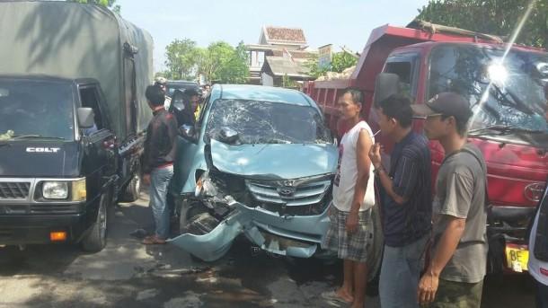 Kondisi Avanza yang menabrak Honda Beat Pop di Jalan Pulau Damar, yang menyebabkan Gita dan Wiwik, meninggal dunia, Sabtu. 23/7/2016. | Andi Apriyadi/Jejamo.com