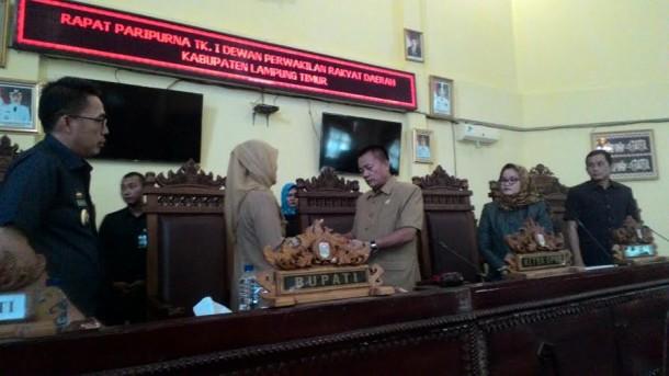 Bupati Lampung Timur menyampaikan draf APBD P 2016 | Parman/jejamo.com