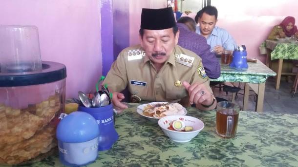 Wali Kota Bandar Lampung, Herman HN saat menyantap sarapan pagi di salah satu Warung makan di Teluk Betung, Senin, 11/7/2016 | Tama/jejamo.com