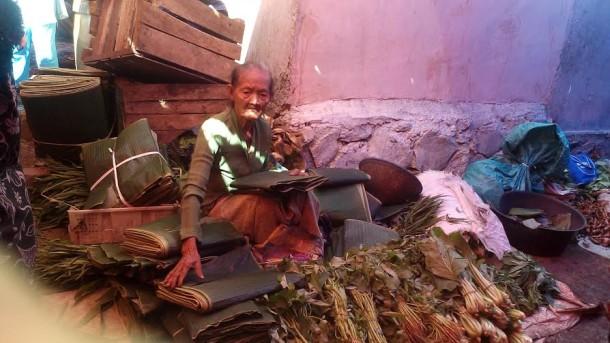 Mbah Wanitem sedang menjajakan daganganya di Pasar Pagi Kotabumi | Prika/jejamo.com