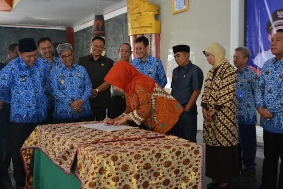 Bupati Lampung Tengah, saat memberikan pemaparan  kepada SKPD setempat tentang program unggulan kabupaten setempat | Raeza/jejamo.com